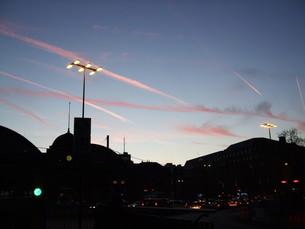 夕暮れの飛行機雲の写真素材 [FYI00335149]