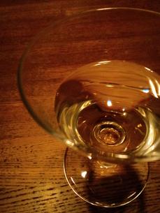 グラスに注がれた白ワインの写真素材 [FYI00335163]