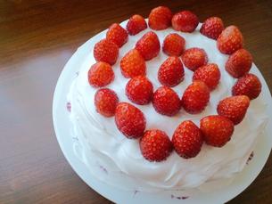 イチゴのホールケーキの写真素材 [FYI00335182]