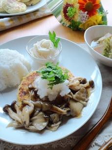 豆腐ハンバーグのきのこあんかけプレートの写真素材 [FYI00335191]