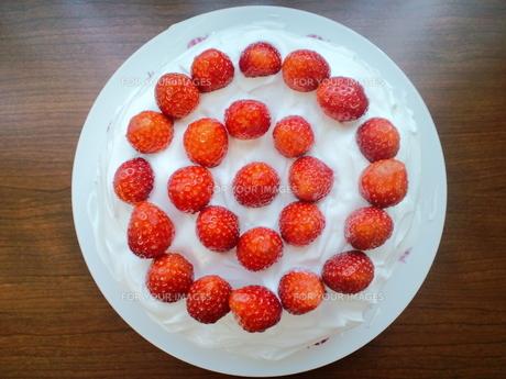 イチゴのホールケーキの写真素材 [FYI00335192]