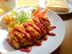 トーストとオムレツで朝食の写真素材 [FYI00335201]