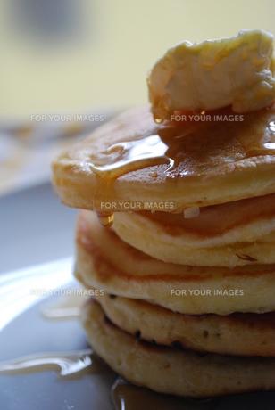 シロップの滴り落ちるホットケーキの写真素材 [FYI00335207]