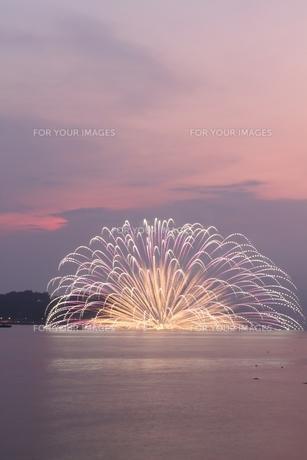 薄暮の水中花火の写真素材 [FYI00335215]