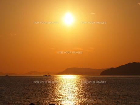 瀬戸内海に沈む夕日の素材 [FYI00335331]