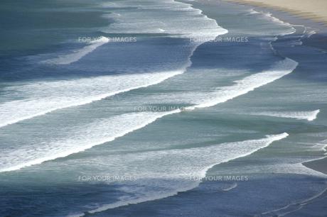 砂浜に打ち寄せる波の写真素材 [FYI00335396]