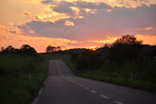 夕暮れ時のまっすぐな道の素材 [FYI00335435]
