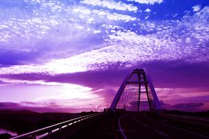 夕焼けに染まる橋の写真素材 [FYI00335535]