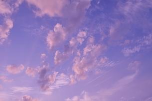 夕焼けの空・飛行機雲 2の写真素材 [FYI00335583]