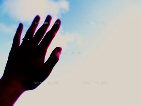 空と手の素材 [FYI00335601]