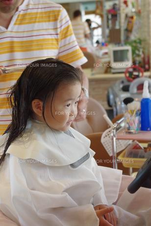 美容室で髪を切る女の子の写真素材 [FYI00335670]