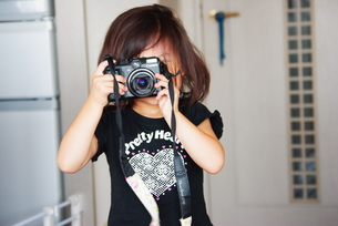 カメラを構える女の子の写真素材 [FYI00335676]