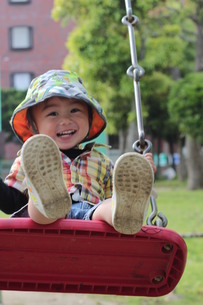 ブランコに乗る男の子の写真素材 [FYI00335687]
