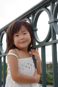 微笑んでいる女の子の写真素材 [FYI00335695]