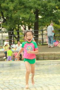 走る水着の女の子の写真素材 [FYI00335733]