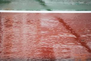 雨のテニスコートの写真素材 [FYI00335741]