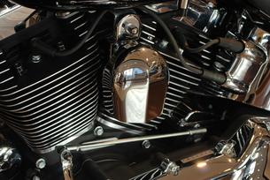 オートバイ 黒いエンジンの写真素材 [FYI00335800]