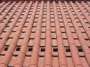 赤瓦の屋根の写真素材 [FYI00335827]
