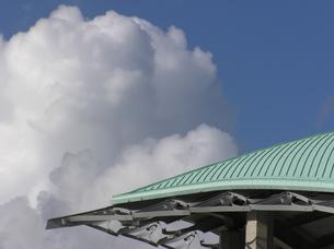 屋根の向こうの雲の写真素材 [FYI00335841]