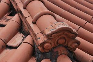 赤瓦の屋根の写真素材 [FYI00335869]