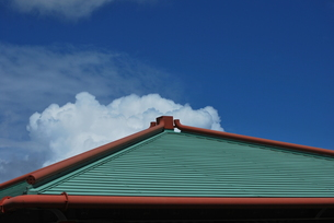 屋根の上の雲の写真素材 [FYI00335897]