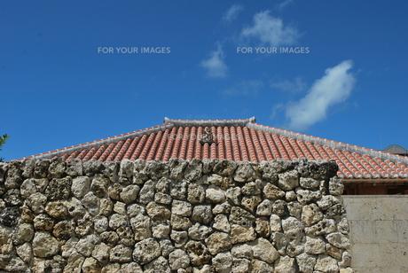 赤瓦の屋根の写真素材 [FYI00335922]