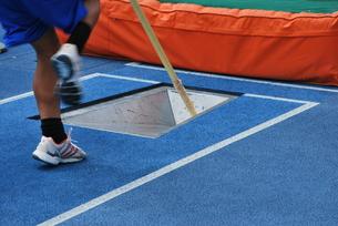 陸上競技 棒高跳びの写真素材 [FYI00335924]