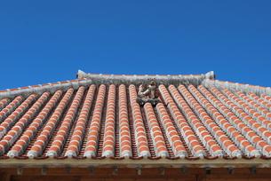 赤瓦の屋根とシーサーの素材 [FYI00335925]