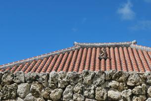 赤瓦の屋根とシーサーの素材 [FYI00335940]