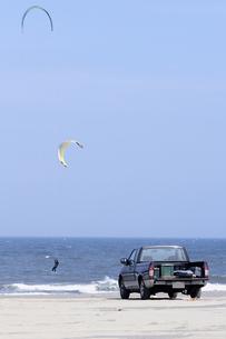 ピックアップトラックと夏の海の写真素材 [FYI00336112]