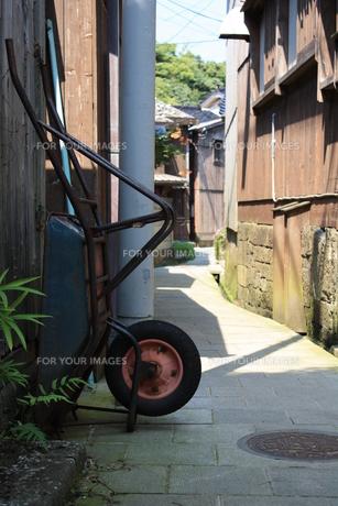佐渡島の路地の写真素材 [FYI00336127]