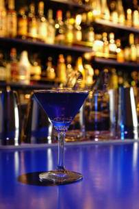 青いカクテルの写真素材 [FYI00336133]