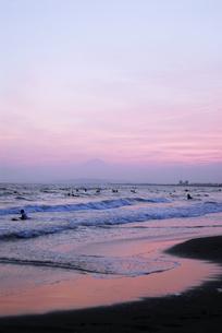 片瀬江ノ島から富士山の写真素材 [FYI00336191]