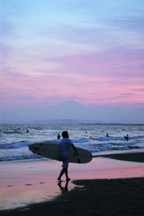 サーファーと富士山の写真素材 [FYI00336199]