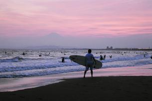 サーファーと富士山の写真素材 [FYI00336225]