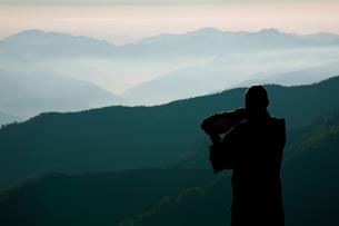 ホラ貝を吹く修行僧の写真素材 [FYI00336371]