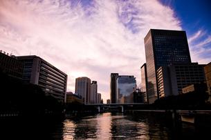 淀屋橋から見る夕焼け空の写真素材 [FYI00336377]