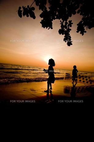 夕日と子供の素材 [FYI00336418]