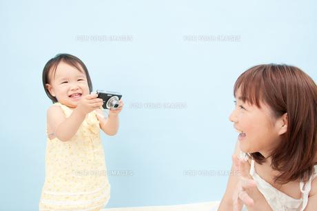 カメラを持ってご満悦の女の子の写真素材 [FYI00336475]