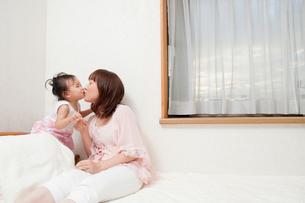親子でチュ♪の写真素材 [FYI00336493]