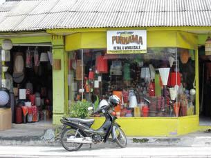 店先に駐車した黒いバイクの写真素材 [FYI00336537]