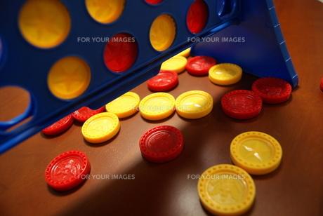 赤と黄色のコインを使ったこどものおもちゃの写真素材 [FYI00336550]