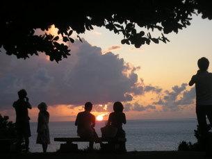 美ら海水族館から沖縄の海と夕日を見る人々のシルエットの写真素材 [FYI00336554]