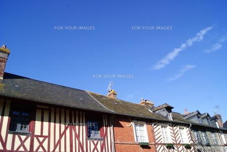 フランスのブブロン村の街並みと飛行機雲の素材 [FYI00336557]