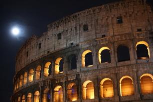 夜のコロッセオと月の写真素材 [FYI00336562]