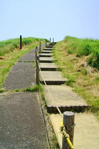 大室山山頂の歩道の写真素材 [FYI00336630]