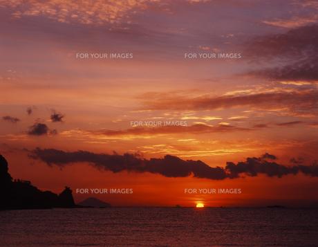 夜明けの浜辺の素材 [FYI00336750]