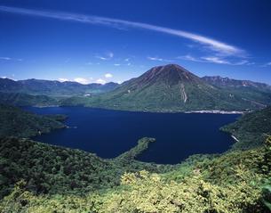 初夏の中禅寺湖の写真素材 [FYI00336770]