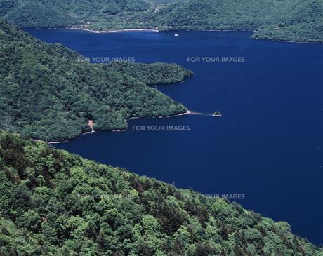 緑の中禅寺湖の写真素材 [FYI00336773]