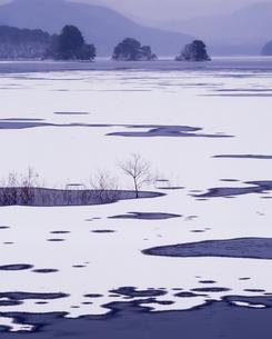 朝の秋元湖の写真素材 [FYI00336861]